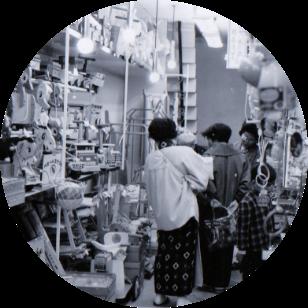 写真:開店早々の当時の店頭とお客様の様子